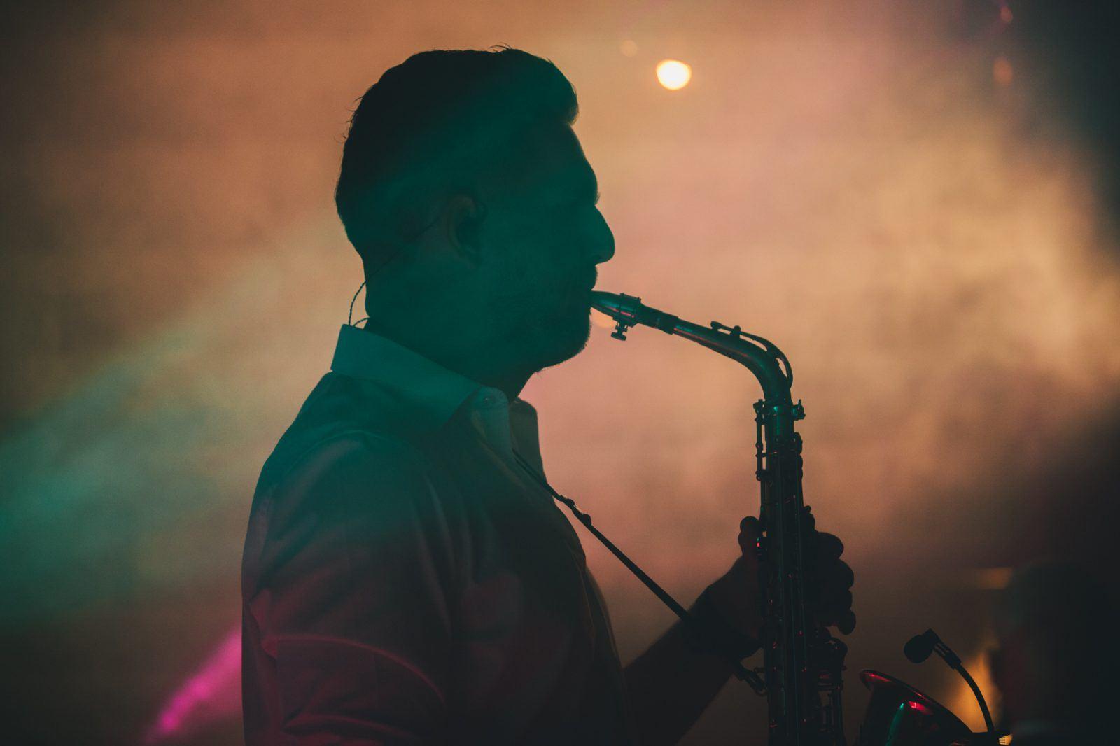 Saxofonist op bruiloft